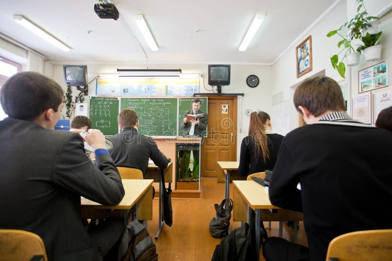 Fachowy nauczyciel czyta out głośną pożytecznie informację zdjęcie stock