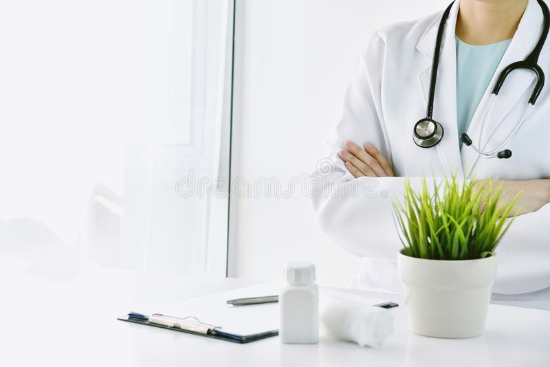 Fachowy opieka zdrowotna dostawcy personel, lekarki ekspresowa ufna diagnoza z fałdowymi rękami w szpitalu lub klinika, obraz stock
