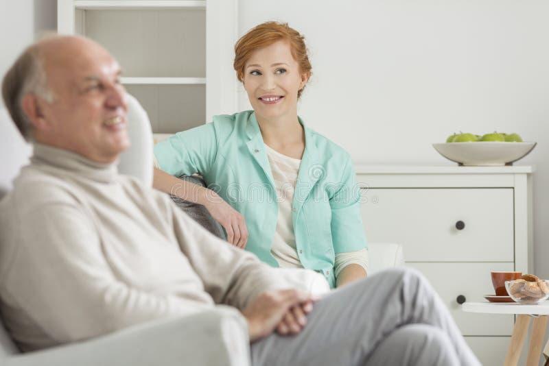 Fachowy opiekun i senior zdjęcia stock