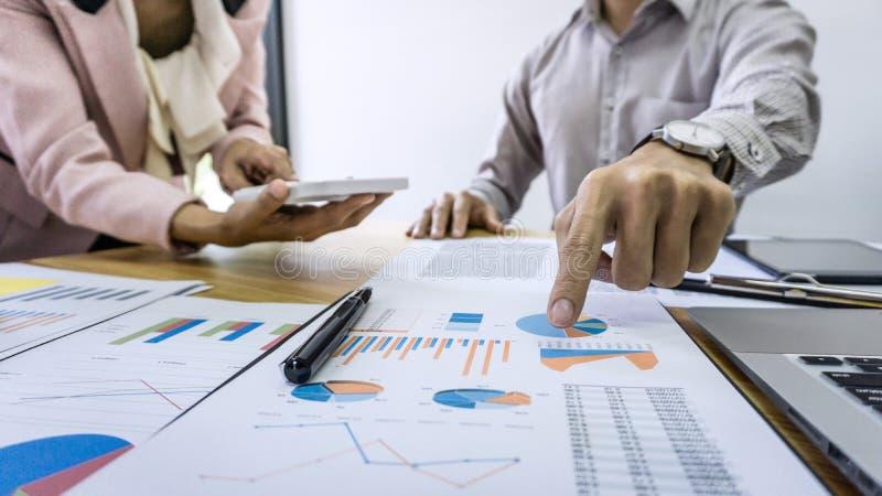 Fachowy partner biznesowy dyskutuje pomysłu presenta i plan obrazy stock