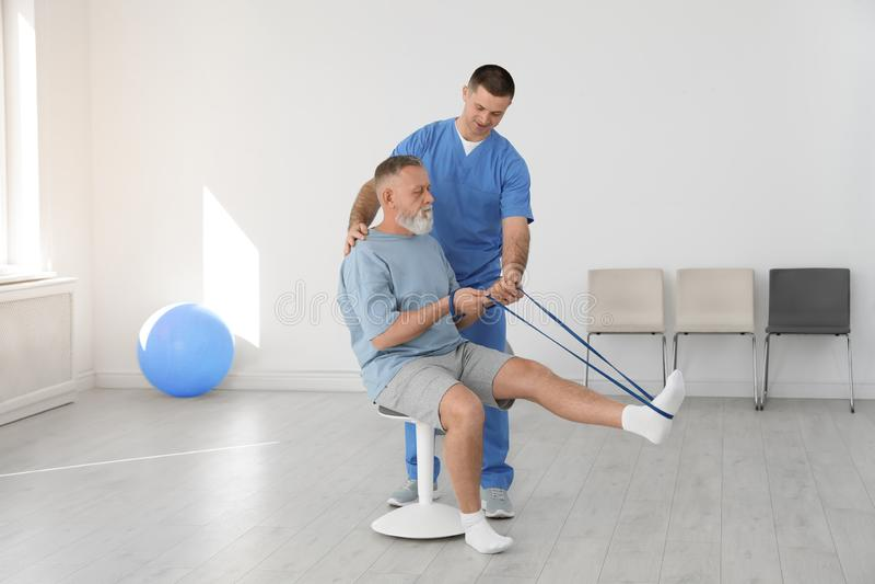 Fachowy physiotherapist pracuje z starszym pacjentem fotografia stock