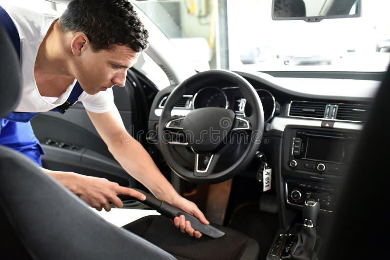 Fachowy pojazdu przygotowanie w samochodowym obmyciu - pracownik ssa up zdjęcia royalty free