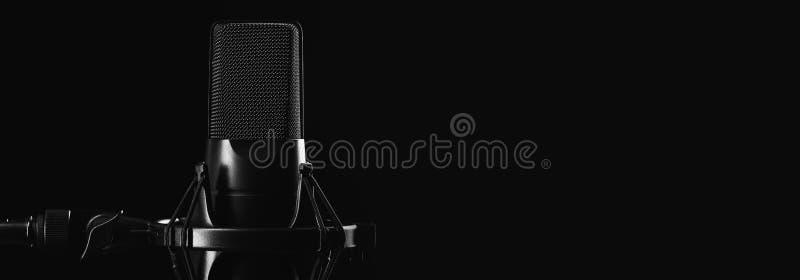 Fachowy pracowniany mikrofon odizolowywający na czerni fotografia stock
