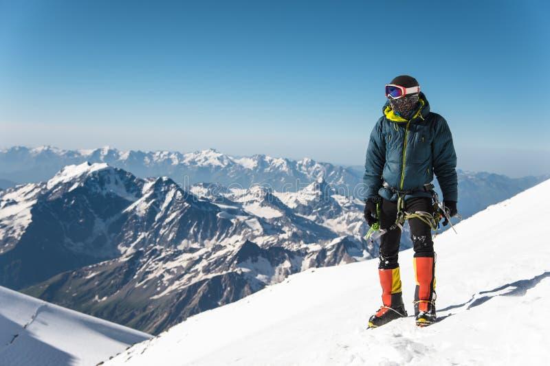Fachowy przewdonik - arywista na śnieżystym szczycie Elbrus sypialny wulkan fotografia royalty free