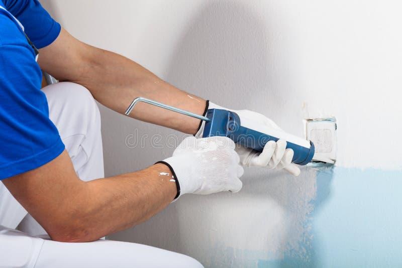 Fachowy robociarz Stosuje krzemu Sealant Z doszczelnianie pistoletem zdjęcie stock