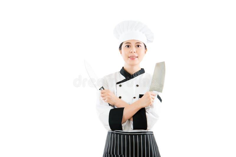Fachowy szef kuchni pokazuje dwa ostrego noża obrazy stock