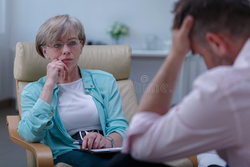 Fachowy terapeuta słucha pacjent obraz royalty free