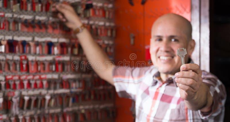 Fachowy wiszący nowy klucz na stojaku w locksmith obrazy stock