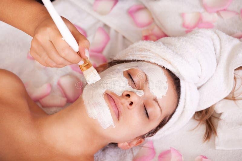 facial получая женщин маски молодой стоковое фото