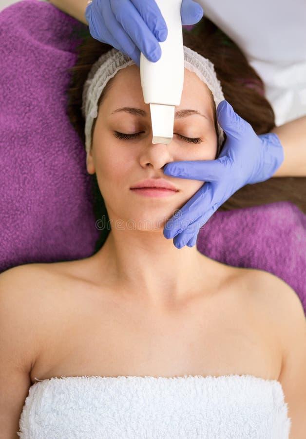 Facial, esfregue, esfoliação, rejuvenescimento imagens de stock