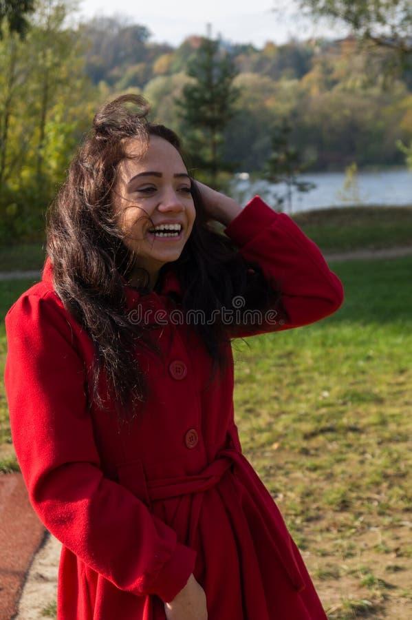 Facial hermoso de la mujer con una sonrisa blanca perfecta fotos de archivo libres de regalías