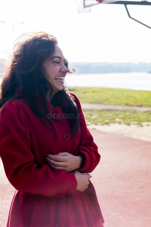 Facial hermoso de la mujer con una sonrisa blanca perfecta fotografía de archivo libre de regalías