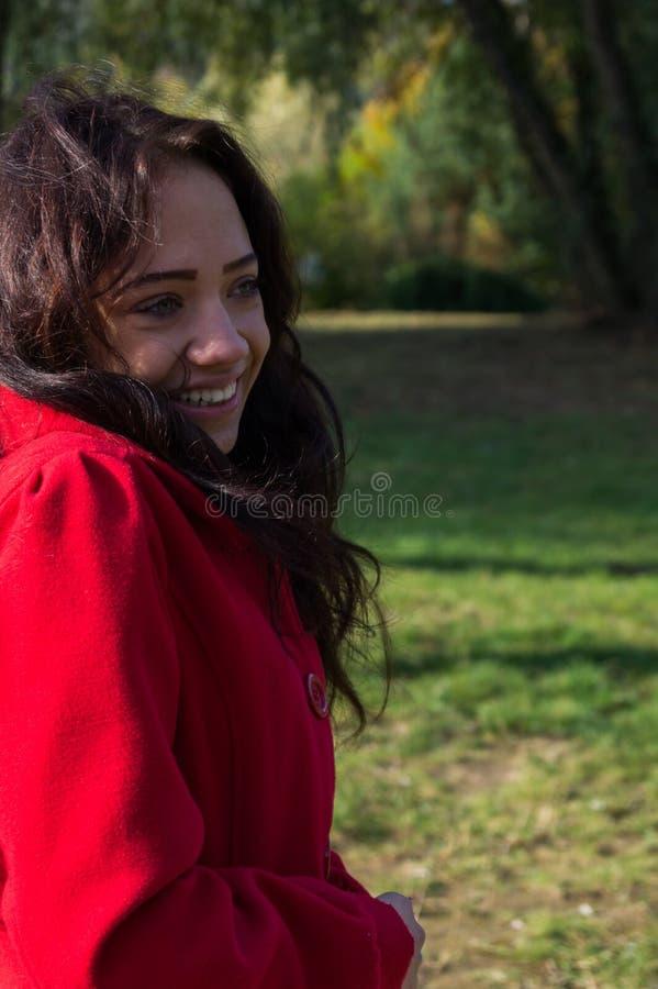 Facial hermoso de la mujer con una sonrisa blanca perfecta fotografía de archivo