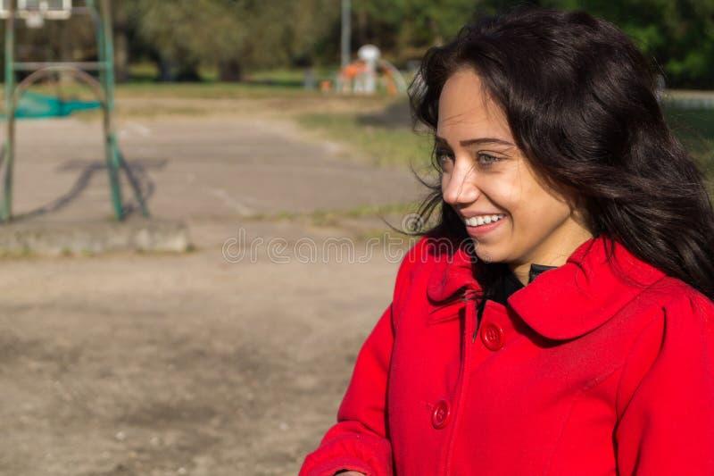 Facial hermoso de la mujer con una sonrisa blanca perfecta foto de archivo