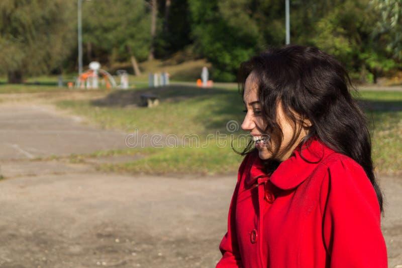 Facial hermoso de la mujer con una sonrisa blanca perfecta foto de archivo libre de regalías