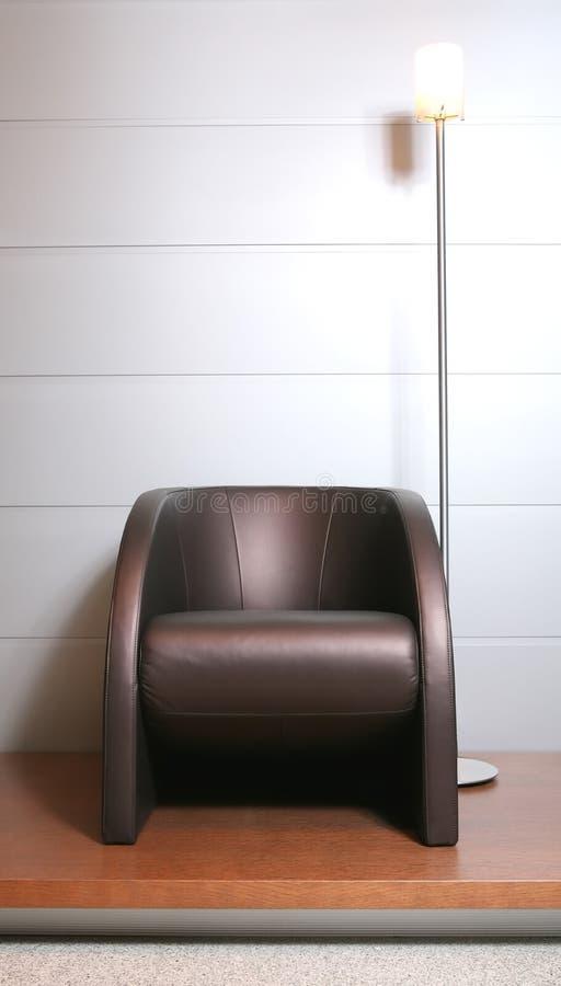 Facile-présidence en cuir de Trendys avec l'étage-lampe images libres de droits