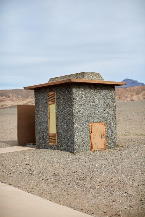 Facilidade da ablução no parque nacional de Vale da Morte imagens de stock