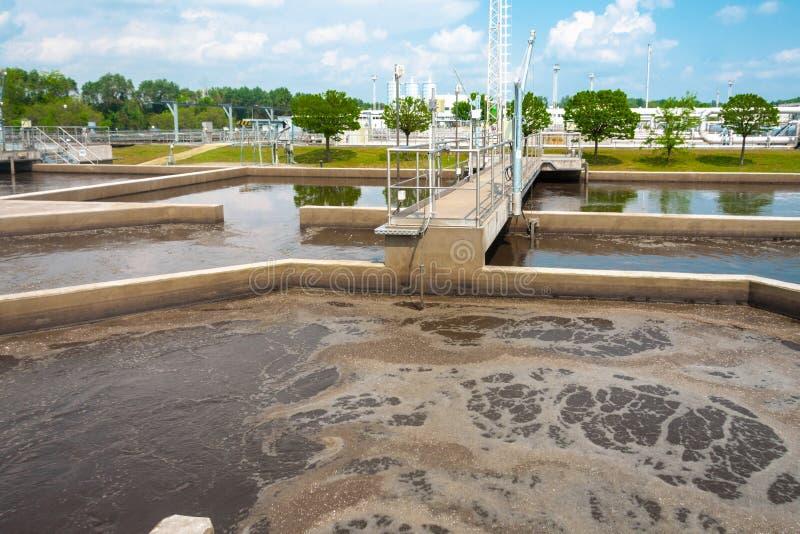 Facilidade do tratamento da água com grandes associações fotos de stock