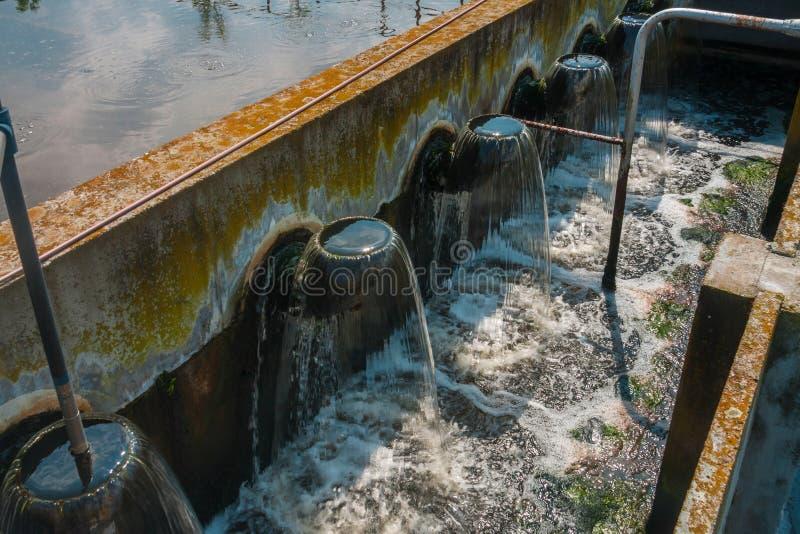 Facilidade do tratamento da água com grandes associações fotografia de stock royalty free