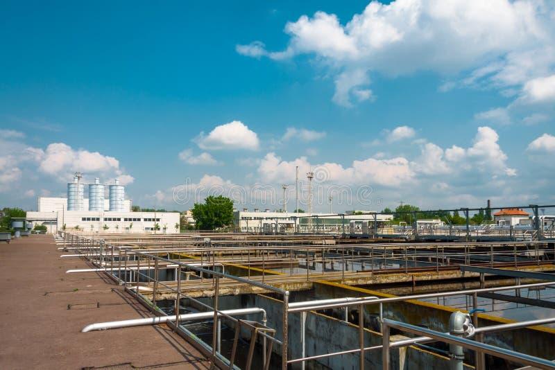 Facilidade do tratamento da água com grandes associações imagens de stock royalty free