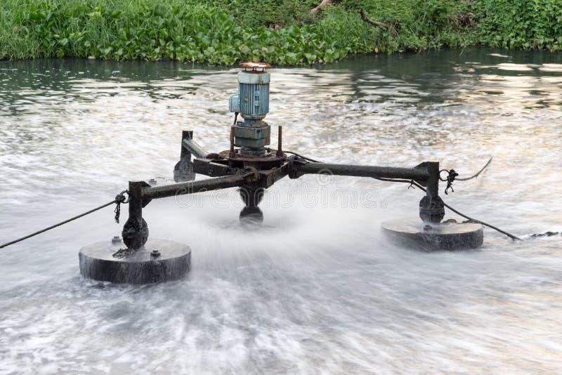 Facilidade do tratamento de águas residuais que trabalha no canal sujo imagem de stock