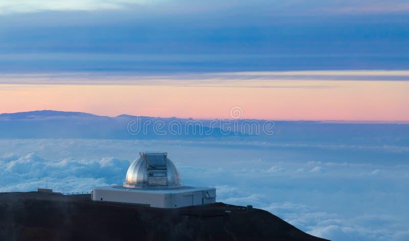 Facilidade infravermelha do telescópio da NASA no por do sol imagem de stock