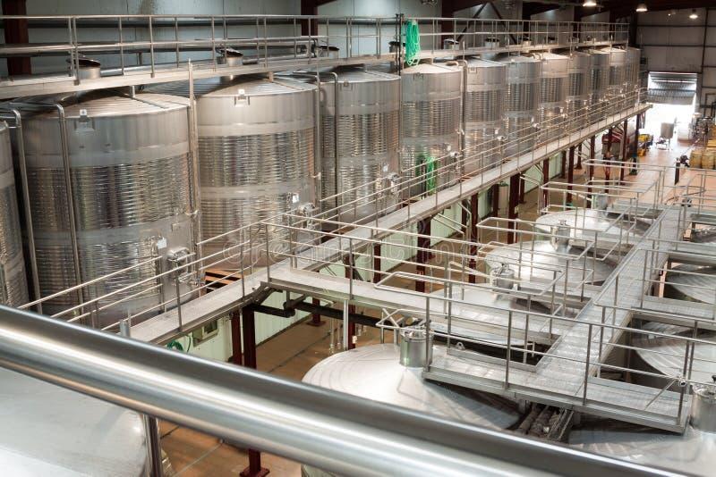 Facilidades de planta com os reservatórios do vinho sob o controle de temperatura fotos de stock