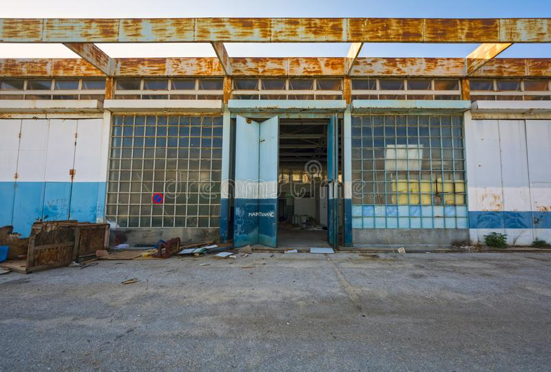 Facilidades do apoio em um aeroporto abandonado imagem de stock