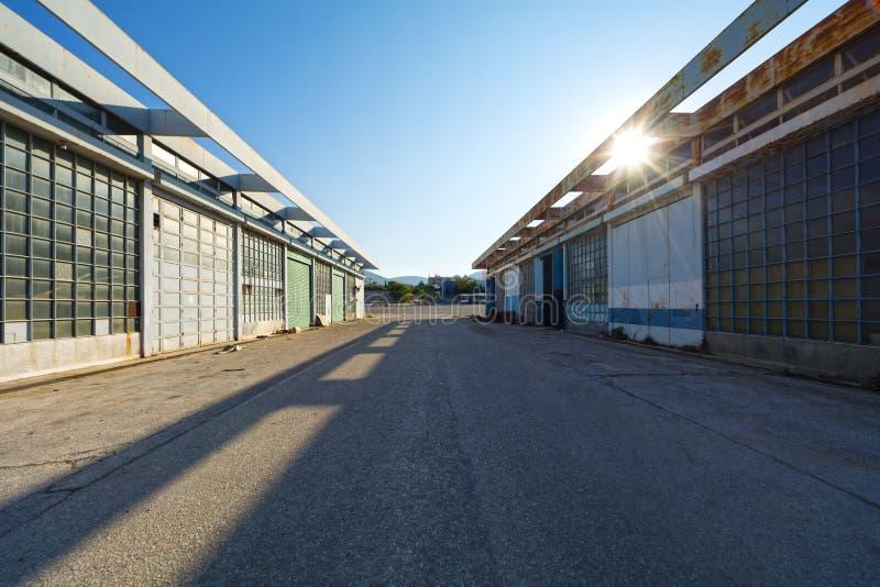 Facilidades do apoio em um aeroporto abandonado fotografia de stock royalty free