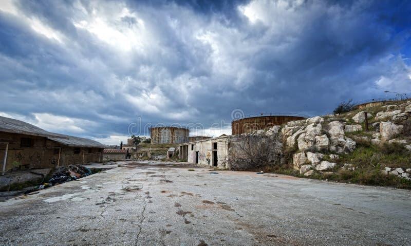 Facilidades velhas, abandonadas da refinaria em Grécia foto de stock