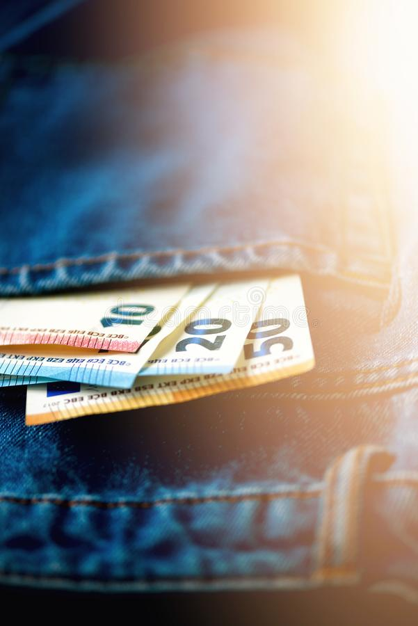 fack för sedeleurojeans Framgång, rikedom och armod, poornessbegrepp Eurovalutabakgrund med kopieringsutrymme arkivfoto