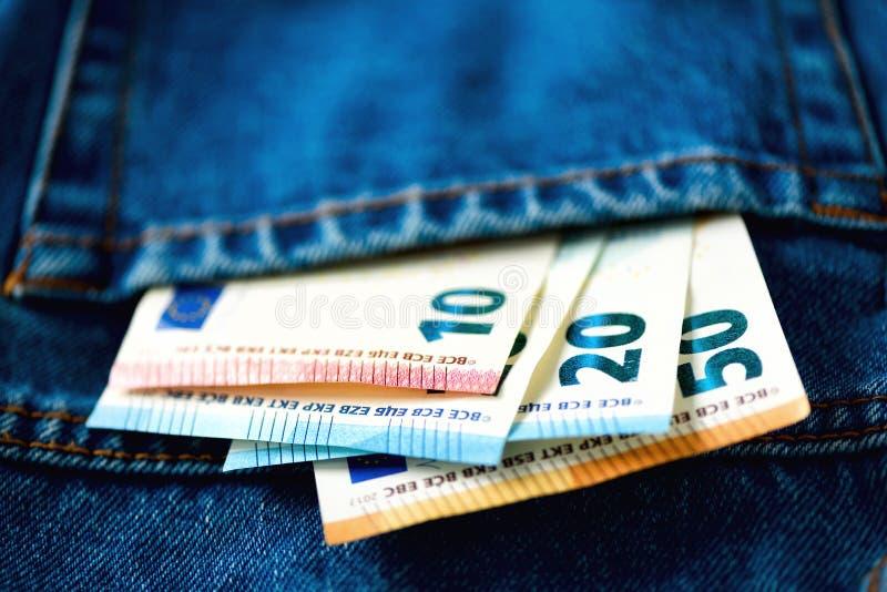fack för sedeleurojeans Framgång, rikedom och armod, poornessbegrepp Eurovalutabakgrund med kopieringsutrymme fotografering för bildbyråer