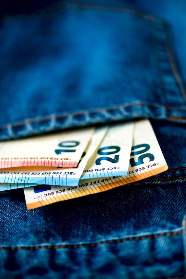 fack för sedeleurojeans Framgång, rikedom och armod, poornessbegrepp Eurovalutabakgrund med kopieringsutrymme arkivbild