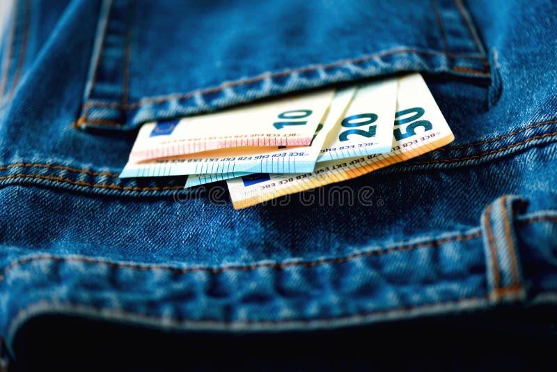 fack för sedeleurojeans Framgång, rikedom och armod, poornessbegrepp Eurovalutabakgrund med kopieringsutrymme royaltyfri foto