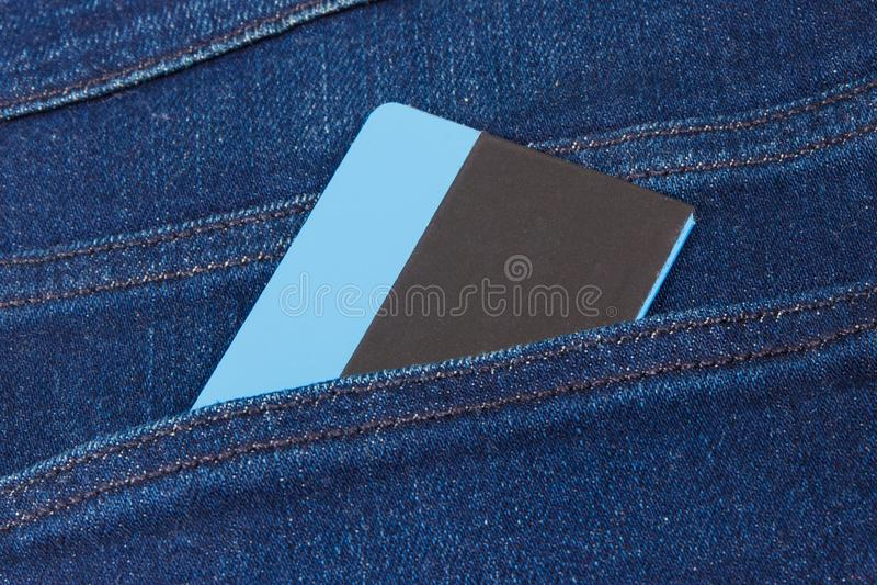 fack f?r kortkrediteringsjeans Cashless betalningbegrepp arkivbilder
