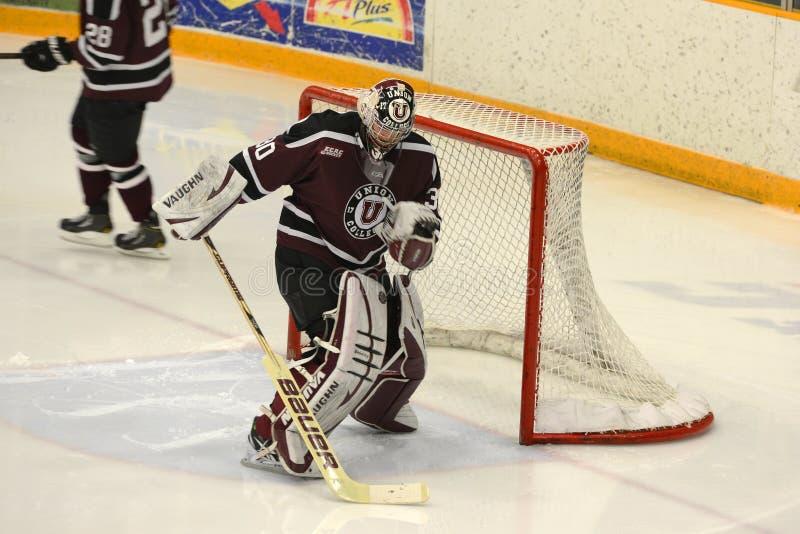 Facklig Goalie #1 i NCAA-hockeylek fotografering för bildbyråer