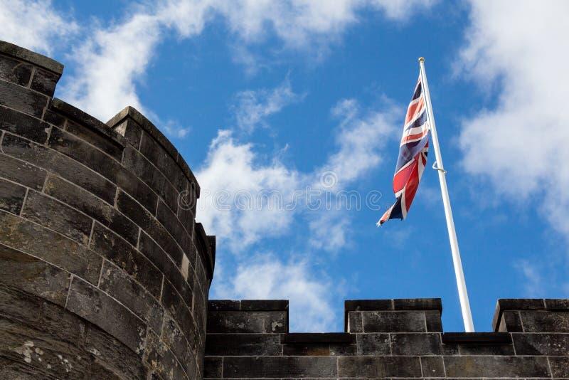 Facklig stålar lyft ovanför fullödiga befästningar för slott` s på en su royaltyfri foto