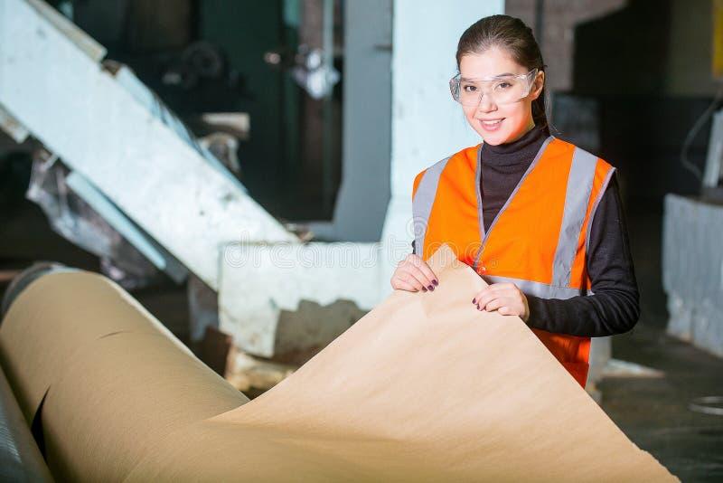 Facotry Arbeitskraft der Papiermühle stockfotografie