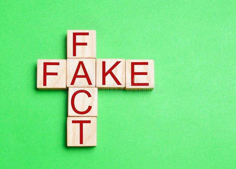 Fact lub imitaci pojęcie w poczęciu wiadomość i informacja, yel zdjęcia stock