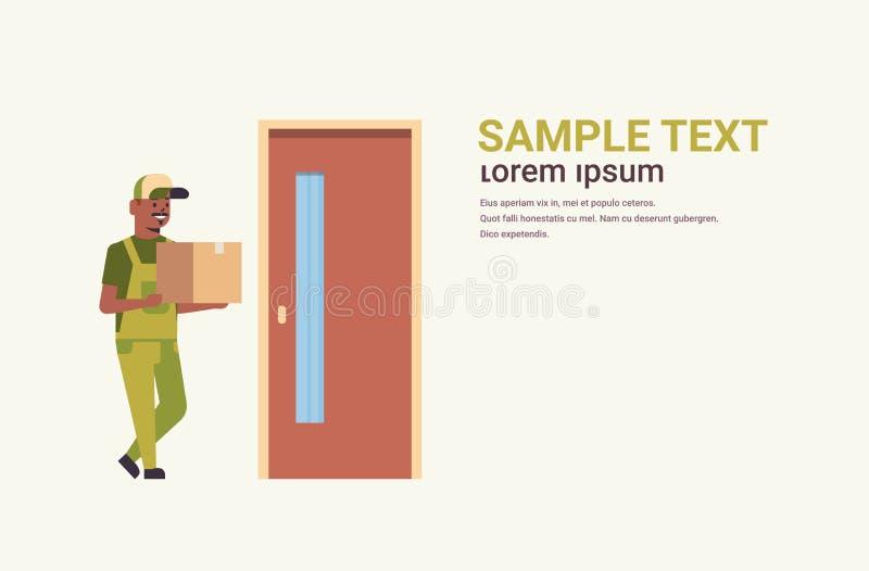 Facteur dans la boîte se tenante uniforme de colis de carton au concept de service de livraison express de maison de messager d'a illustration stock