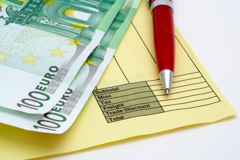 Factura em branco com pena e dinheiro (euro) foto de stock