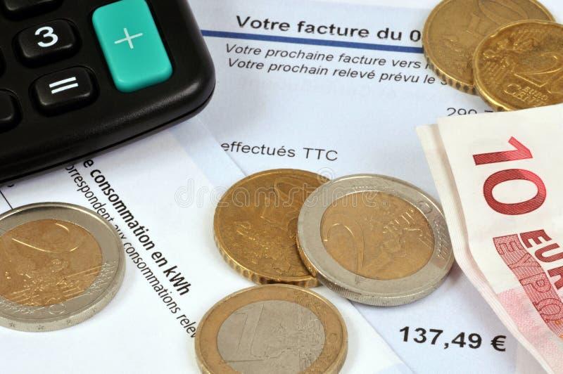 Factura francesa con los billetes de banco y las monedas euro imagen de archivo libre de regalías