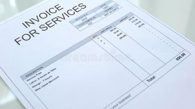 Factura para el documento comercial que miente en la tabla, negocio, plantilla de los servicios stock de ilustración