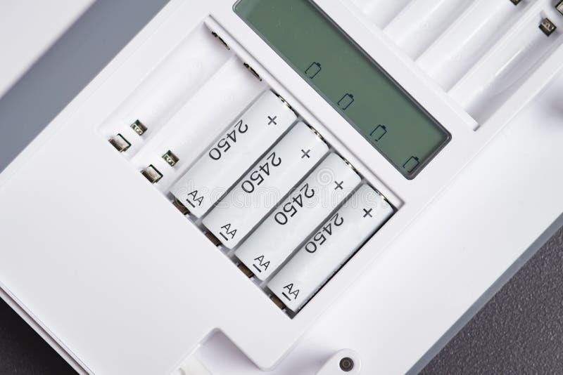 Facturation les batteries rechargeables en gros plan Dispositif pour charger des batteries Batterie d'accumulateurs de charge image libre de droits