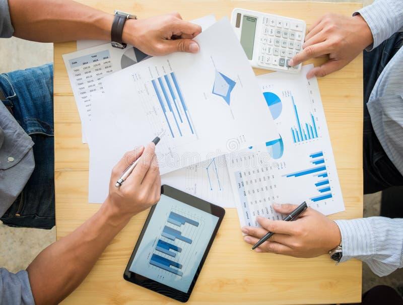 Facture calculatrice d'impôts de deux hommes d'affaires, nouveau St d'affaires de projet photo libre de droits