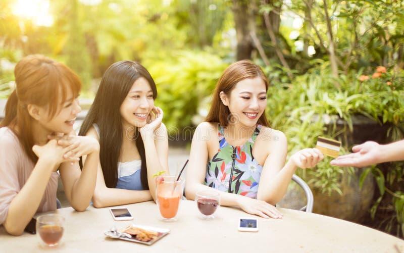 Facture de paiement de femme avec la carte de crédit dans le restaurant photo libre de droits