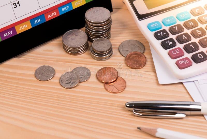 Facture el aviso final atrasado, tarifa de la educación, estación del impuesto, vendedor de financiero con el calendario del plaz fotos de archivo libres de regalías