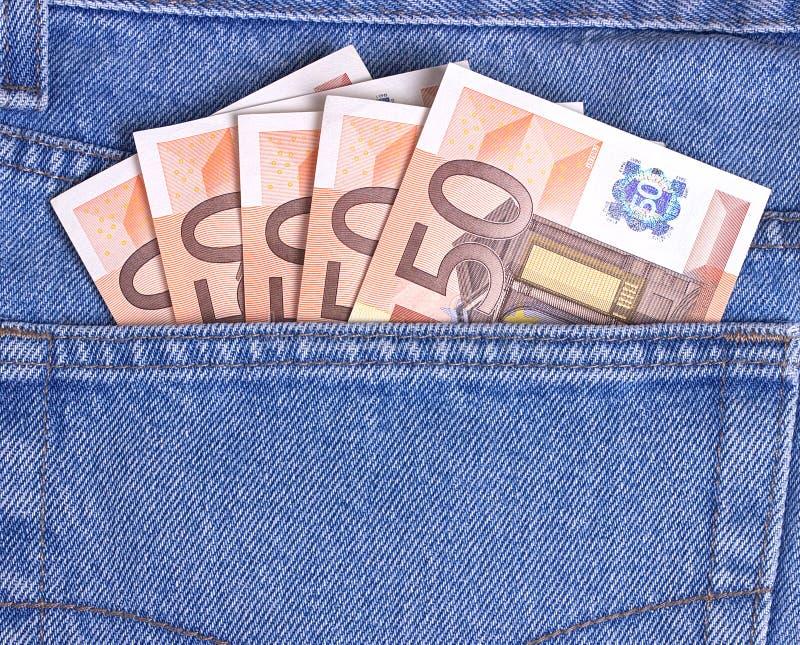 50 factures d'euros dans la poche de blues-jean photo stock