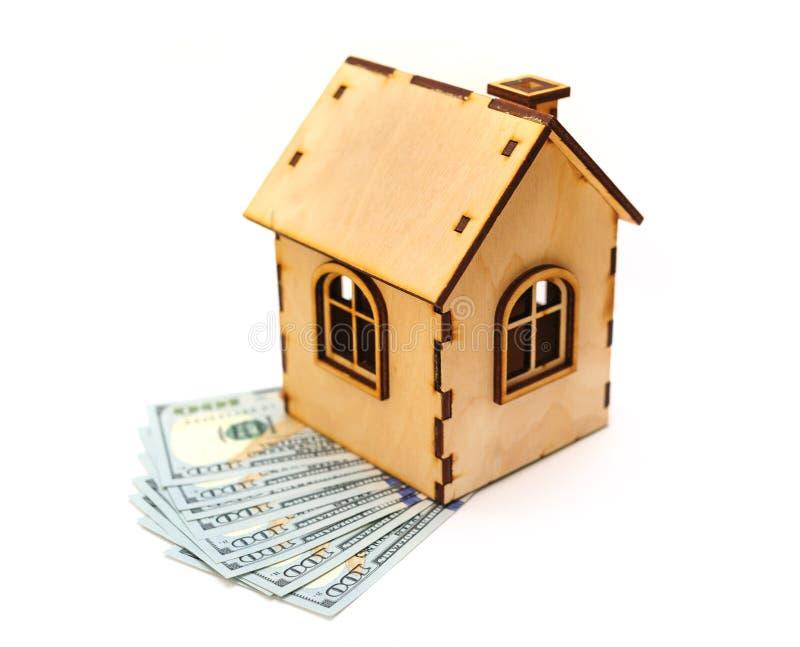 factures de Cent-dollar et maison en bois de jouet photo stock