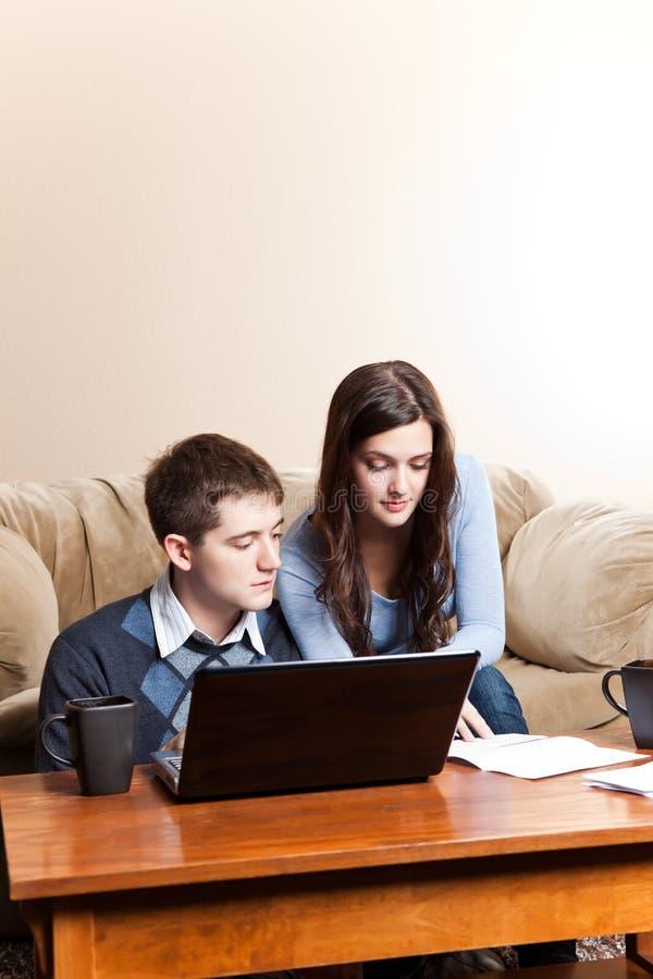 Factures de paiement de couples par des opérations bancaires en ligne photo libre de droits
